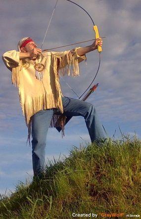 Szary Wilk uczy jak strzelać z łuku